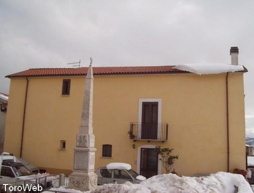 Toro web cade massa di neve dal tetto e sfonda una opel for Tetto della casa moderna
